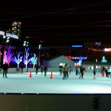 Снимок сделан в Kings Dining & Entertainment пользователем Sara B. 12/19/2012