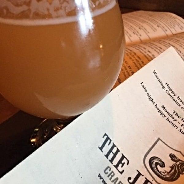 Foto tomada en The Jeffrey Craft Beer & Bites por Brad E. el 10/10/2015