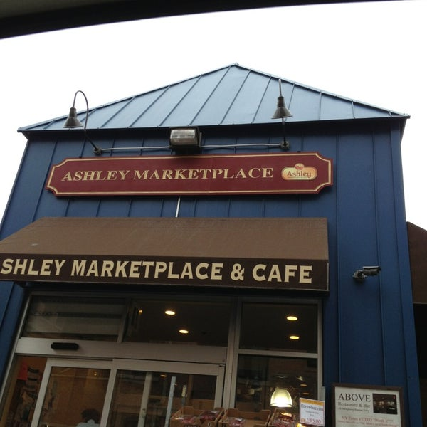 Photo prise au Ashley Marketplace par Stephanie M. le4/29/2013