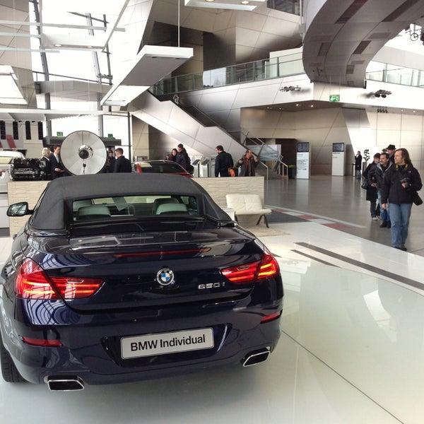 Foto tirada no(a) BMW Welt por Ofer G. em 2/23/2013