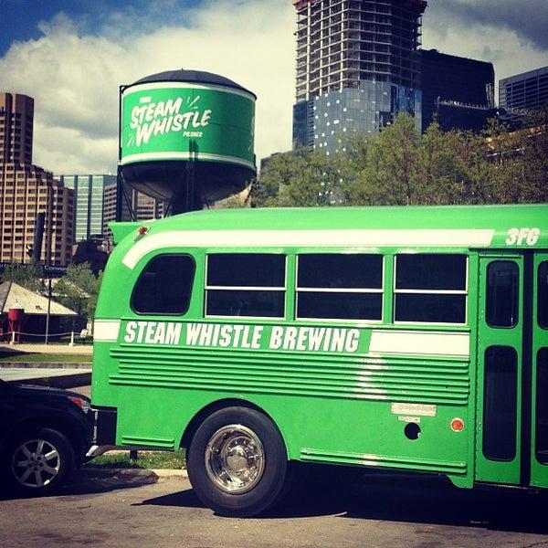 5/13/2013 tarihinde ChiefHavaziyaretçi tarafından Steam Whistle Brewing'de çekilen fotoğraf
