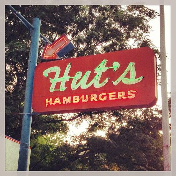 Foto tirada no(a) Hut's Hamburgers por Paul R. em 7/26/2013
