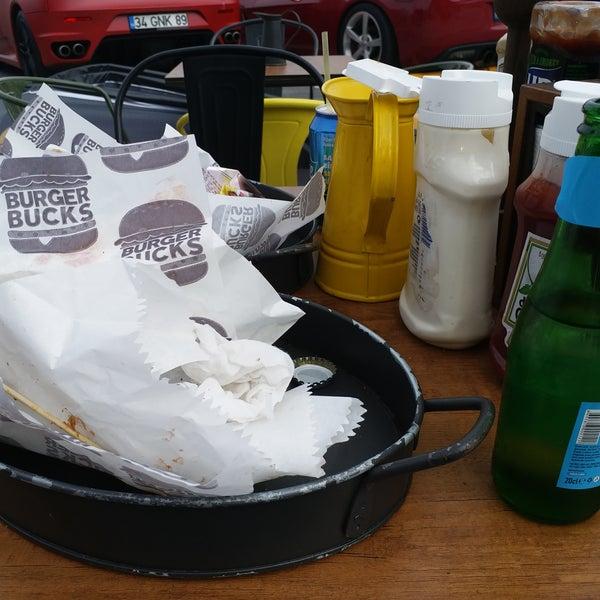 ilk olarak cheesburger denedim. ama ekmeğinin tazeliği, köftesi harikaydı. patates kızartması da öyle. yediğim en iyi hamburgerlerden biri diyebilirim. masanın son hali herşeyi yemisiz ;)