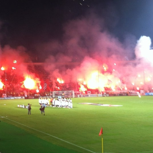 รูปภาพถ่ายที่ Toumba Stadium โดย Nikos G. เมื่อ 9/30/2012