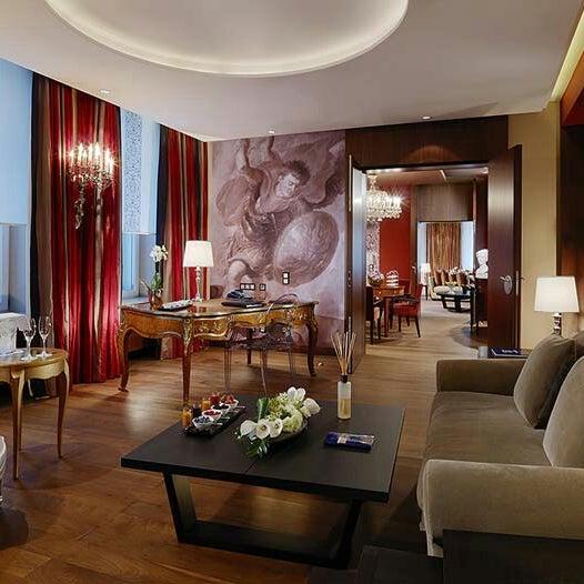 รูปภาพถ่ายที่ Hotel Vier Jahreszeiten Kempinski โดย Yusri Echman เมื่อ 6/30/2013