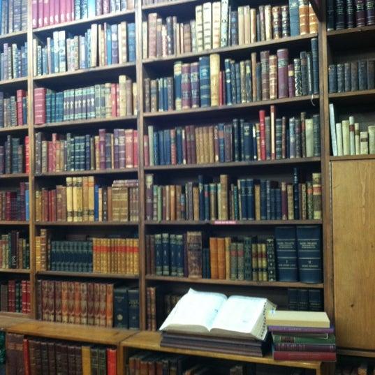 Foto scattata a Strand Bookstore da Stephanie M. il 12/9/2012
