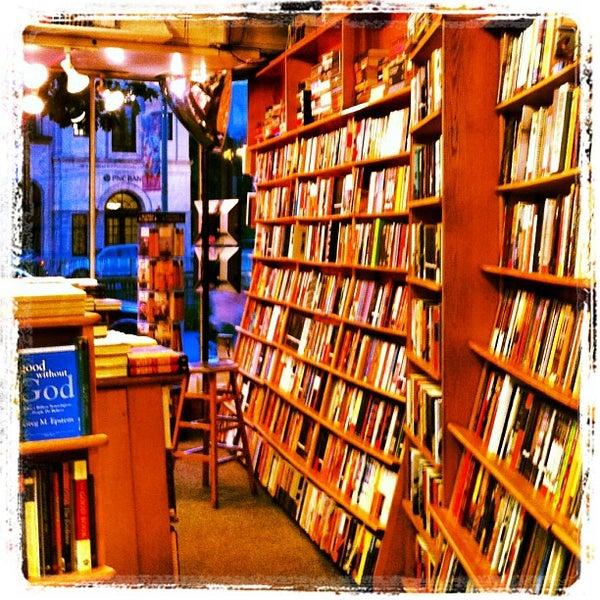 Photo prise au Kramerbooks & Afterwords Cafe par Isa L. le9/16/2012