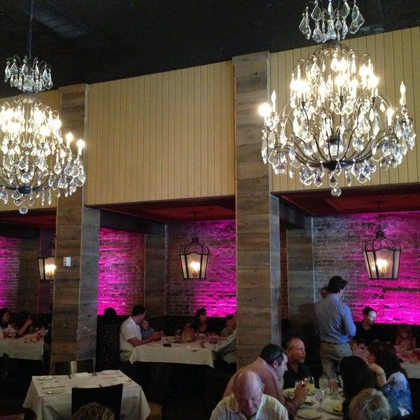 Photo prise au Honu Kitchen And Cocktails par John B. le5/12/2013