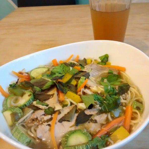 Me hicieron esta deliciosa sopa vietnamita, ideal remedio tropical para estos días de frío.