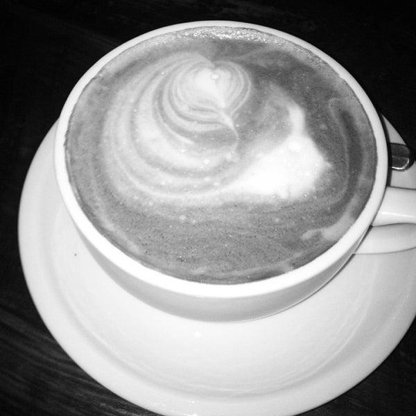 Das Foto wurde bei Lenox Coffee von Sara K. am 10/5/2013 aufgenommen