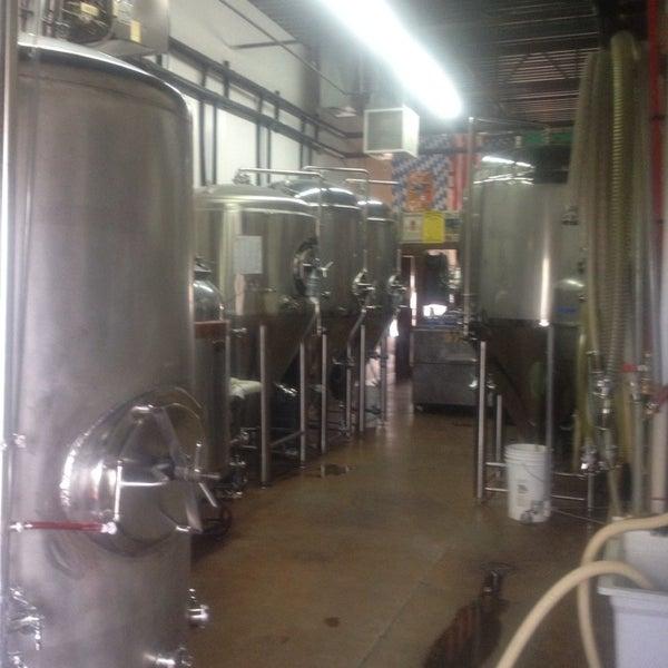 Das Foto wurde bei Strange Craft Beer Company von Jennifer N. am 6/15/2013 aufgenommen
