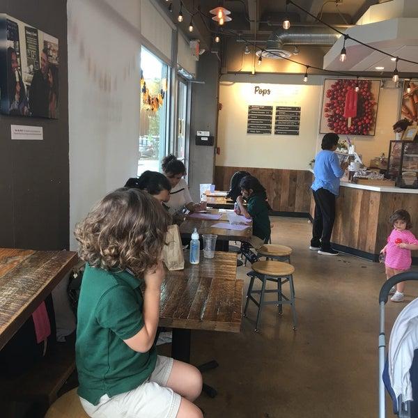 10/9/2018 tarihinde Kurtis S.ziyaretçi tarafından Pleasant Pops Farmhouse Market & Cafe'de çekilen fotoğraf