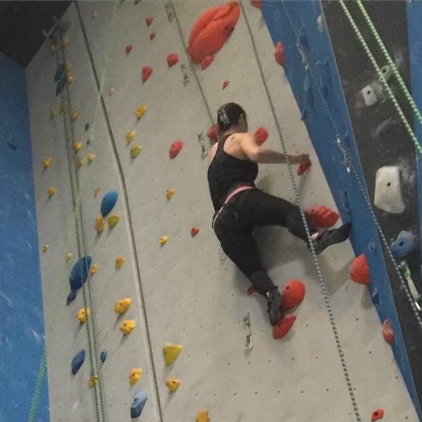 Foto tomada en Sender One Climbing, Yoga and Fitness por Jessica G. el 12/20/2014