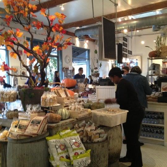 Photo prise au Joan's on Third par Diane S. le11/11/2012
