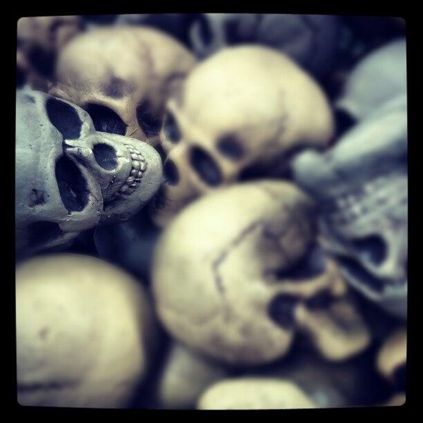 Das Foto wurde bei Hollywood Toys & Costumes von Jibrail H. am 10/30/2012 aufgenommen