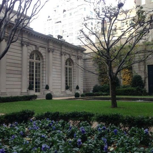 11/25/2012 tarihinde Supisara C.ziyaretçi tarafından The Frick Collection'de çekilen fotoğraf