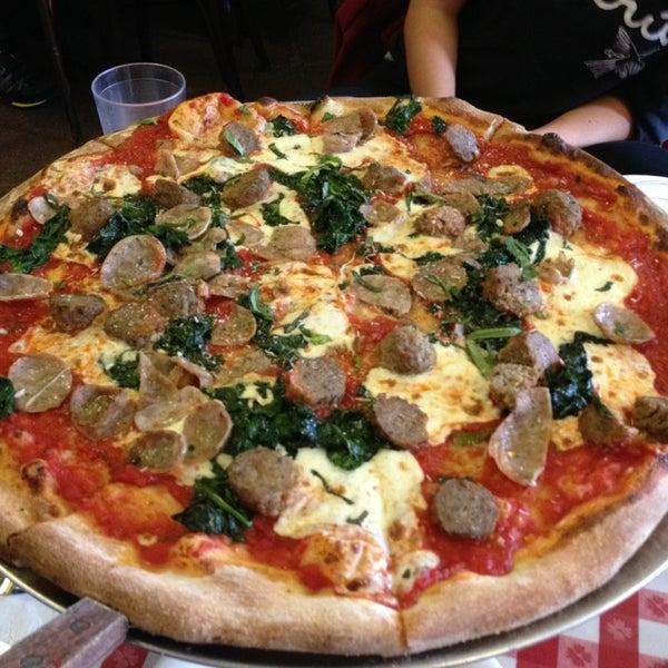 Das Foto wurde bei Lombardi's Coal Oven Pizza von David L. am 1/2/2013 aufgenommen