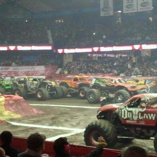 รูปภาพถ่ายที่ Allstate Arena โดย Bonnie K. เมื่อ 2/9/2013