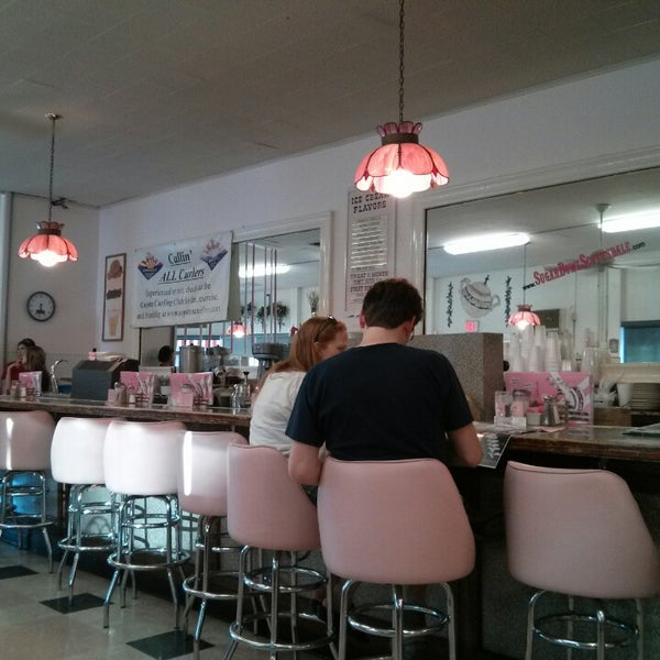 Foto tirada no(a) Sugar Bowl Ice Cream Parlor Restaurant por Brad A. em 3/2/2013
