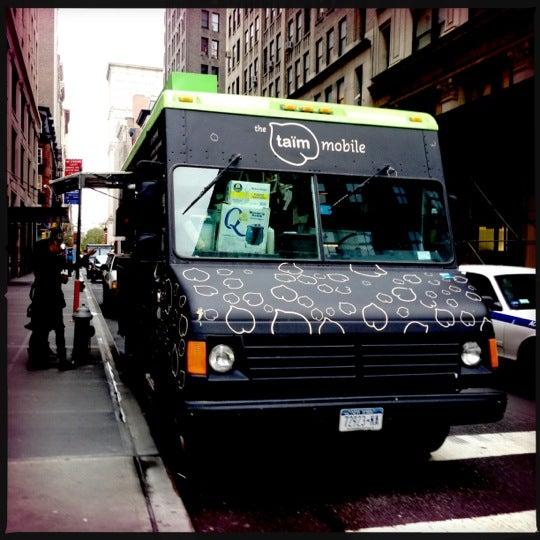 รูปภาพถ่ายที่ Taïm Mobile Falafel & Smoothie Truck โดย Mab B. เมื่อ 11/13/2012