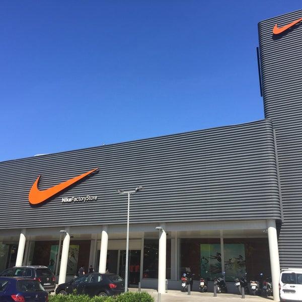 Manía Unidad Sueño  Photos at Nike Factory Store - Sporting Goods Shop in Badalona