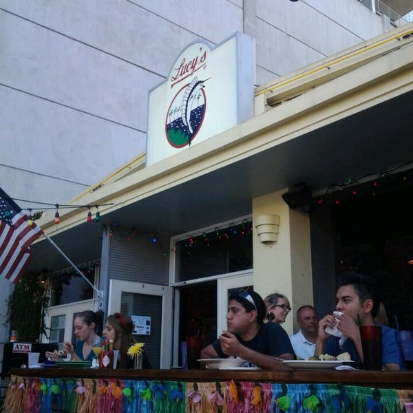 Foto diambil di Lucy's Retired Surfers Bar and Restaurant oleh Stephen H. pada 4/28/2013
