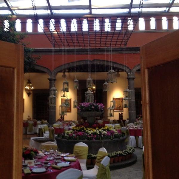 รูปภาพถ่ายที่ Hacienda de Los Morales โดย Angel M. เมื่อ 5/28/2013