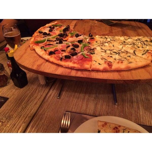 7/19/2015 tarihinde itaz S.ziyaretçi tarafından Flippin' Pizza'de çekilen fotoğraf