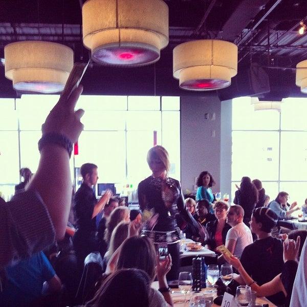 Снимок сделан в Solas Lounge & Rooftop Bar пользователем Amy Y. 11/18/2012