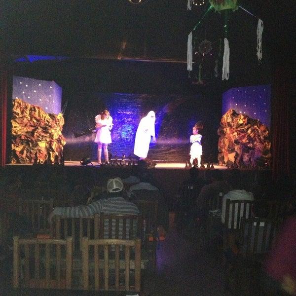 รูปภาพถ่ายที่ La Casona Del Arbol Teatro-Bar & Cocina Show Center โดย Xavier S. เมื่อ 12/27/2012