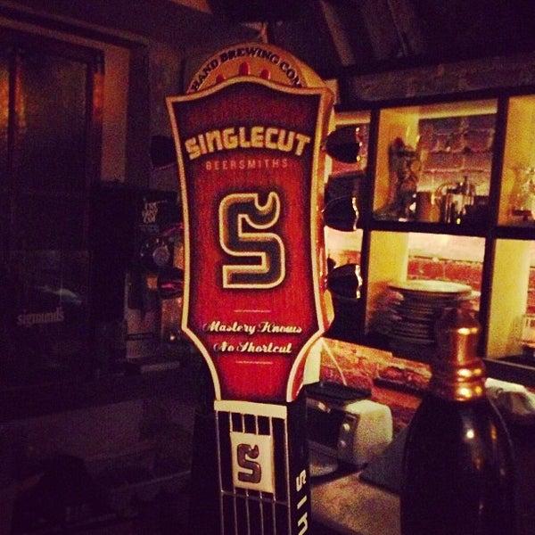 Das Foto wurde bei Alphabet City Beer Co. von Jukay H. am 1/21/2013 aufgenommen