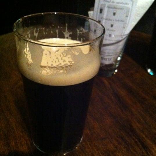 Foto diambil di All Black Irish Pub oleh Tiago L. pada 11/8/2012