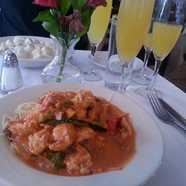 Das Foto wurde bei Lasagna Restaurant von Lisa D. am 3/13/2013 aufgenommen