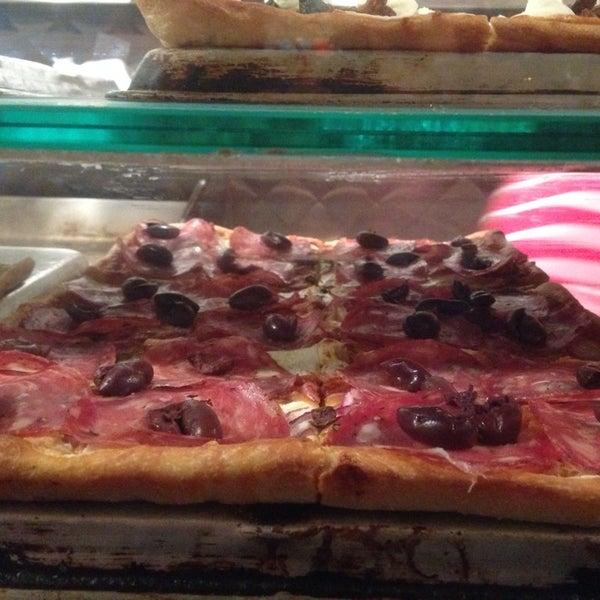 Foto tirada no(a) Nonna's L.E.S. Pizzeria por jeremy p. em 6/23/2014