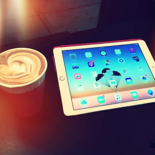 Foto scattata a Gorilla Coffee da Roman F. il 12/16/2015