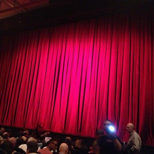 Photo prise au The Joyce Theater par Denise G. le10/19/2012