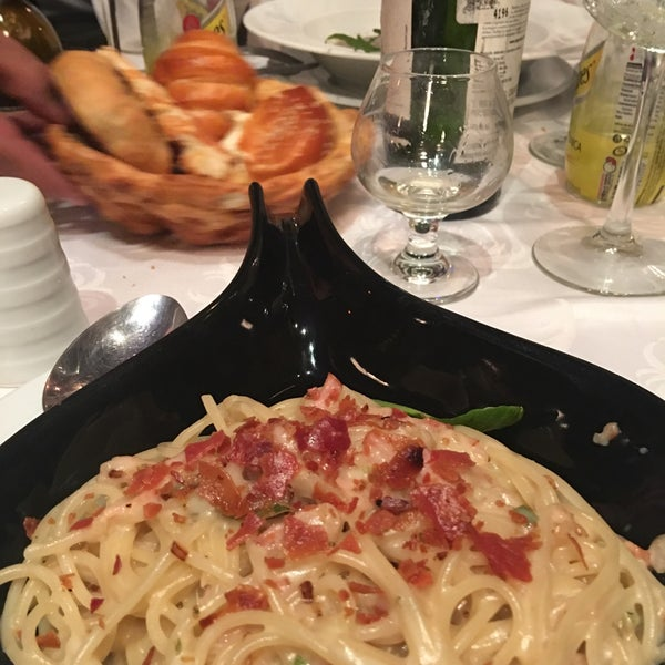 Foto scattata a Restaurante & Bar La Strega da Elena S. il 8/15/2017