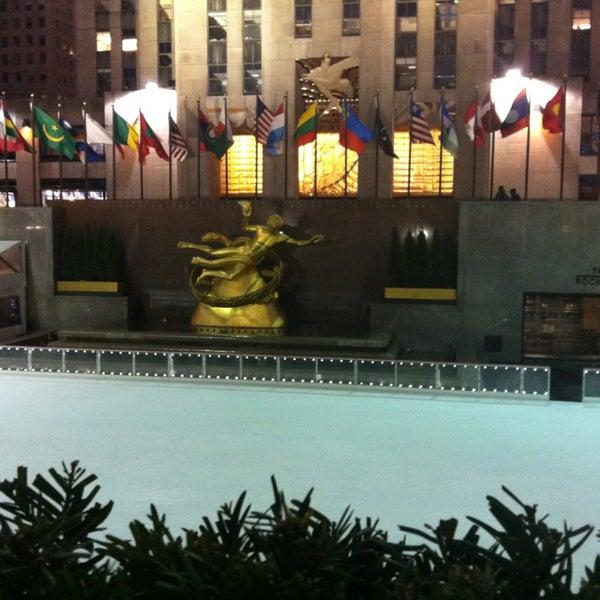 Das Foto wurde bei The Rink at Rockefeller Center von Regina P. am 1/17/2013 aufgenommen
