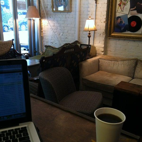 6/20/2013 tarihinde Matthew H.ziyaretçi tarafından Shervin's Cafe'de çekilen fotoğraf