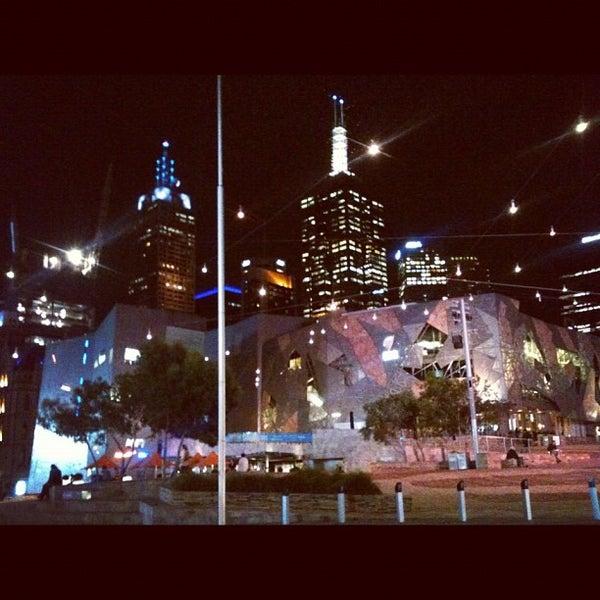 รูปภาพถ่ายที่ Federation Square โดย Enrico D. เมื่อ 10/24/2012