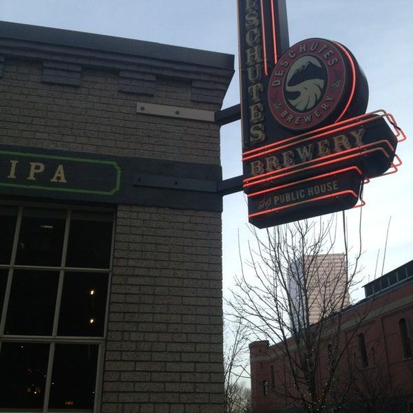 Foto tomada en Deschutes Brewery Portland Public House por Nathan V. el 2/2/2013
