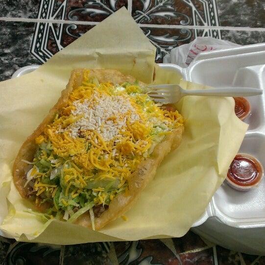 Foto tomada en Taco Fiesta por Jacqueline S. el 11/16/2013