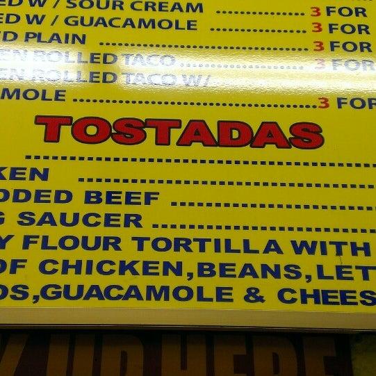 Foto tomada en Taco Fiesta por Jacqueline S. el 11/8/2013