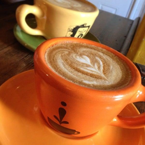 Foto tomada en Ipsento Coffee House por Kim el 3/17/2013