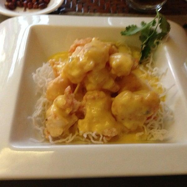 Pide los camarones al mango, vienen en una cama de fideos de arroz y abundante salsa de mango SUBLIMES!!