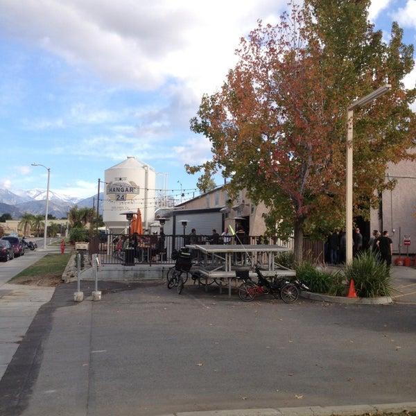 Foto tirada no(a) Hangar 24 Craft Brewery por Edgar R. em 12/24/2012