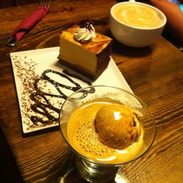 Foto tomada en Heaven Sent Desserts por CJ E. el 2/27/2013