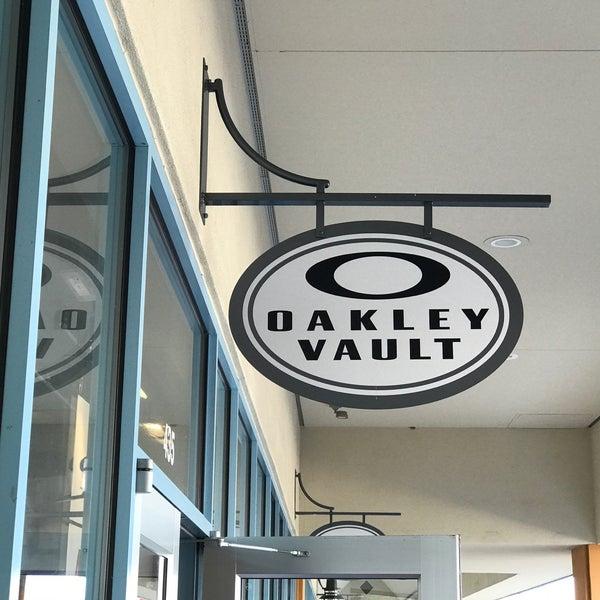 656a905738 Oakley Vault - Branson