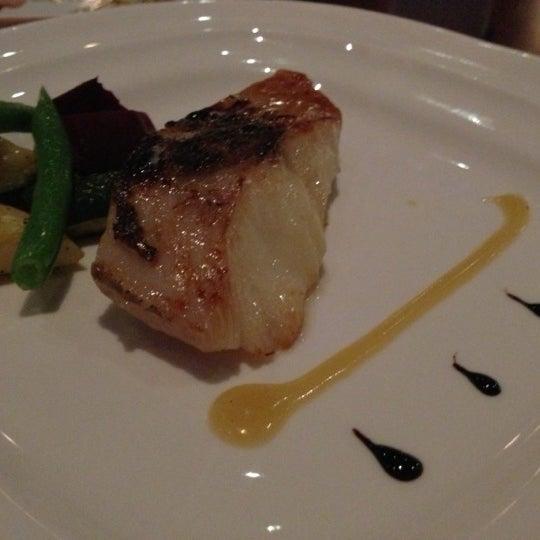 Photo prise au HaChi Restaurant & Lounge par 立賢 郭. le12/17/2012