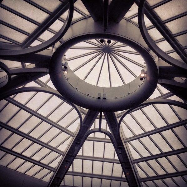 Foto diambil di Bandar Udara Internasional Orlando (MCO) oleh Leticia C. pada 10/15/2013